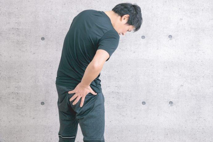 脊柱管狭窄症で臀部に痛みを感じる男性の写真